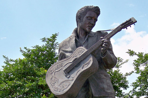 elvis-statue-at-graceland